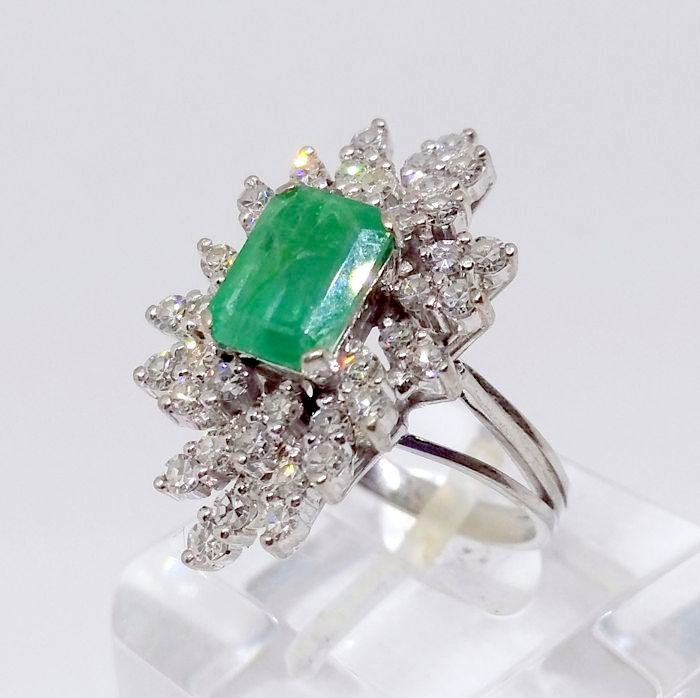 Cocktail ring made of 18 karat white gold - 40 diamonds weighing 1.20 ct and central natural emerald weighing 2 ct