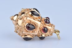 Pendant in 18 kt (750/1000) yellow gold, 6 garnets and 6 rubies in 'pear' cut