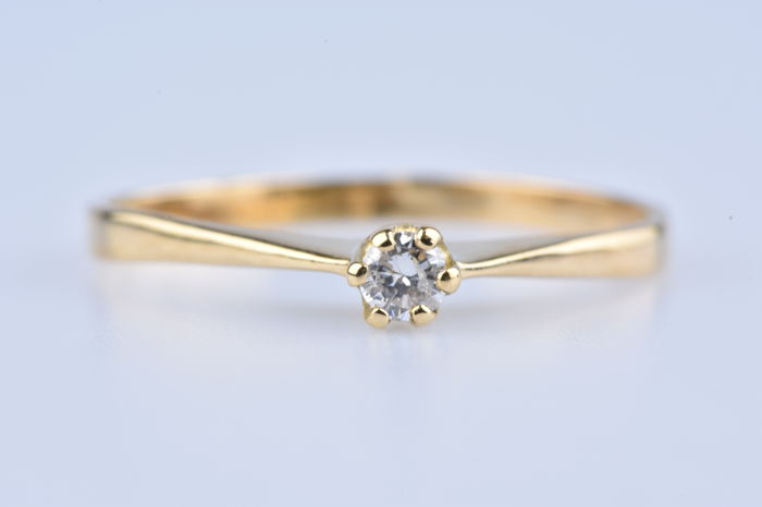 Solitaire cocktail ring in 18 kt (750/000) yellow Gold, with 1 diamond of 0.06 ct