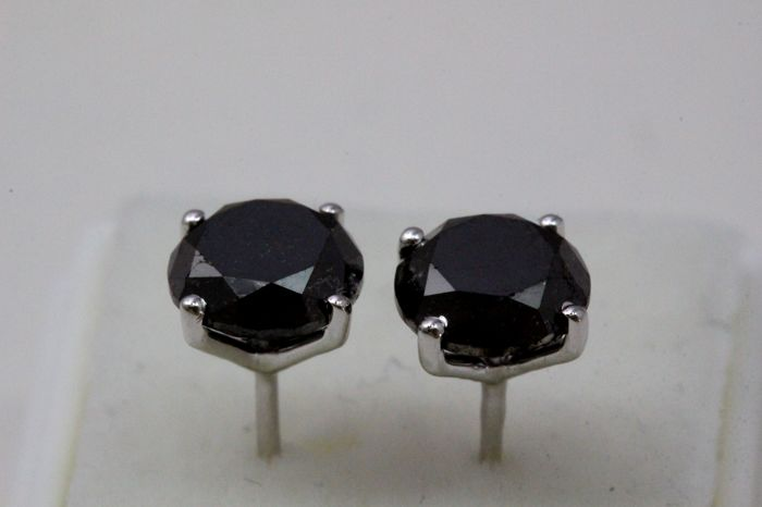 18 kt white gold earrings with in total 2.81 ct of black diamonds