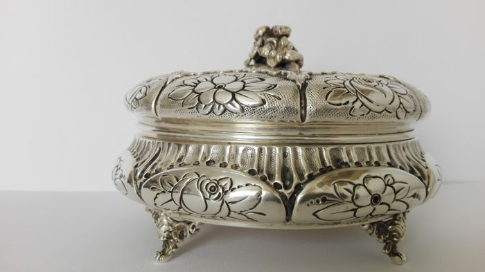 Silver Box with floral motif decoration Italy, late 1800s/early 1900s