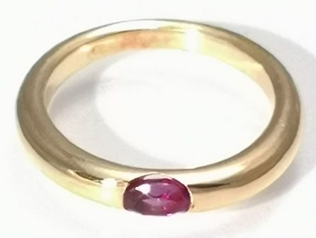 Solid 18 kt gold ring, Cartier design, round ring with lowering thickness, set with a deep purple oval amethyst