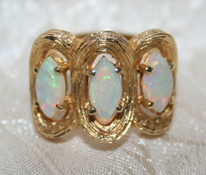 Ring in 14 kt solid gold decorated with three opals 2.13 carats