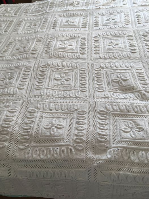 Set composed of a white cotton bedspread and a tablecloth entirely hand crocheted, Trento - Italy - ca. 1900