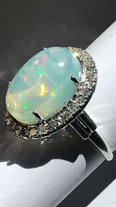 Platinum ring with opal and diamonds, estimated carat weight of the opal: 4.77 ct, total weight: 5.90 g Italian size: 13, can be fitted