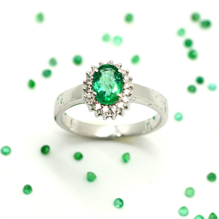 18 kt gold ring with emerald and brilliant cut diamonds, totalling 0.90 ct - No Reserve