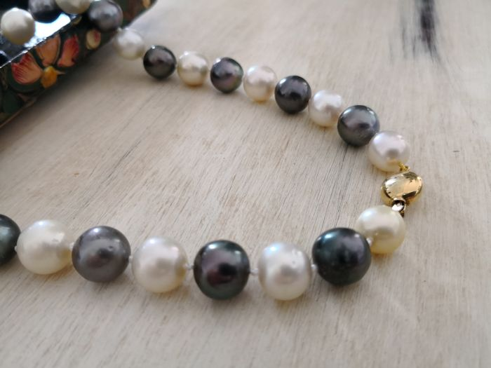 Necklace composed of Australian Pearls and Tahitian Pearls, 31pearls measuring 11–14 mm, with high orient and sparkle, brooch in 18 kt yellow gold. No reserve