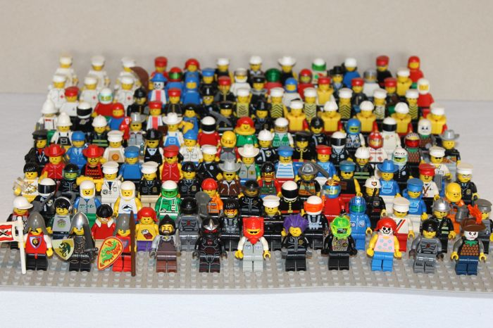 Assortment - 138 Lego mini figures with accessories