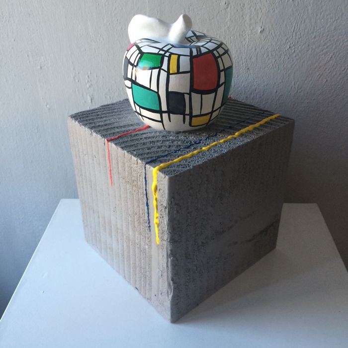 Marianne Bey for Arti 4 - Ceramic image on a solid wooden base: 'I like Apple'