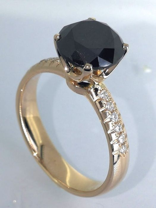 Ring with a 1.55ct black diamond total & 12 white diamond ***no reserve price***