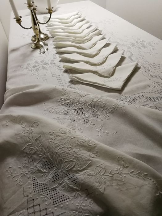 Unique piece - Pure linen tablecloth with 12 napkins, hand embroidered with lace - 260 x 170 Early 20th century