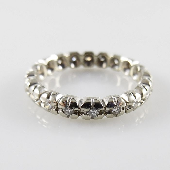 White gold vintage eternity ring with 20 octagon cut diamonds, 0.40 ct in total - ring size 16.25 (51)