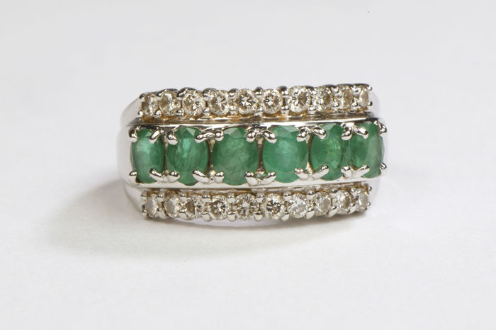 Ring - 18 kt white gold - emeralds .9 ct - diamonds .2 ct - Size: 56