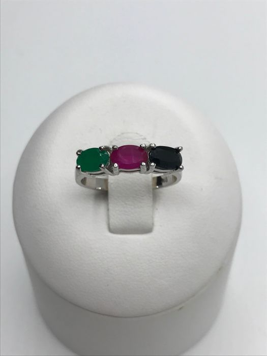 14 kt White gold ring with oval cut Sapphire, Emerald and Ruby, 3 stones in total
