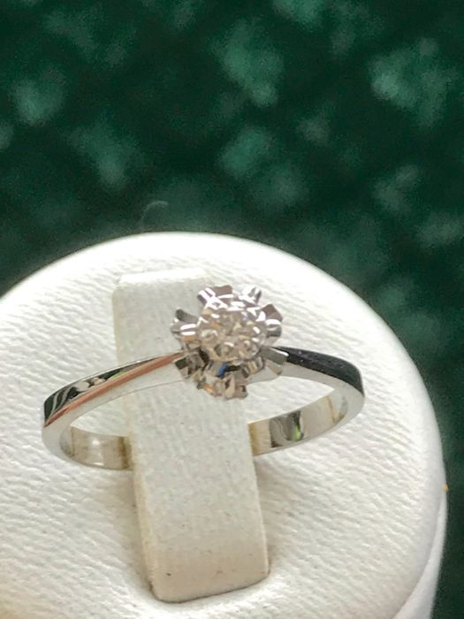 Pretty solitaire cocktail ring in 18 kt white gold, with Top Wesselton diamond, finger size: 53.5 / 17 mm (approx.).