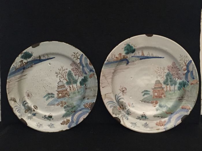 Pair of polychrome majolica plates decorated with pagoda illustrations Conti Ferniani manufactory
