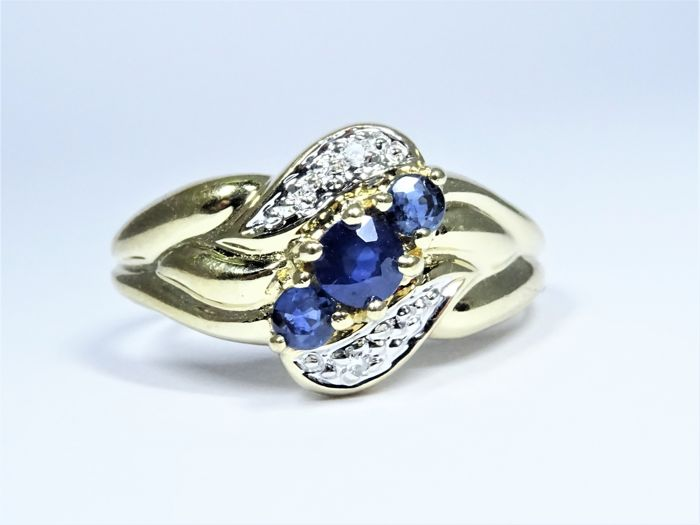 18 kt yellow gold ring of 2,8g set with 3 sapphires and 2 diamonds - size 16,5/52