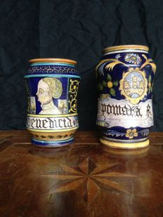 Pair of apothecary Albarello vases, polychrome majolica with Neo-Renaissance decorations. Castelli manufacture.