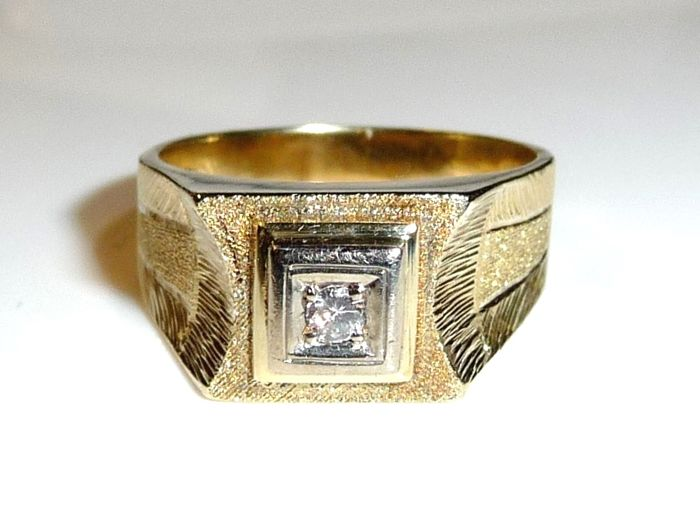 Solid men's ring 14 kt. / 585 sturdy goldsmith's handiwork with 0.10 ct diamond