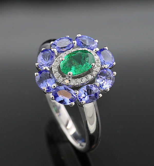A beautiful tanzanite emerald brilliant ring, 750 white gold --- NO reserve price ---