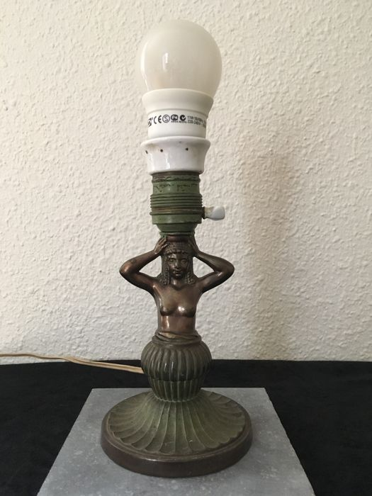 Art Deco style lamp - Egyptian revival style - The shaft is shaped as a female torso bearing the lamp - Karyatide - early 20th century - Austria