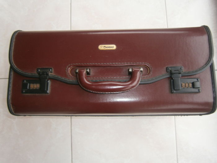 Pilot's suitcase in red leather, with locks.