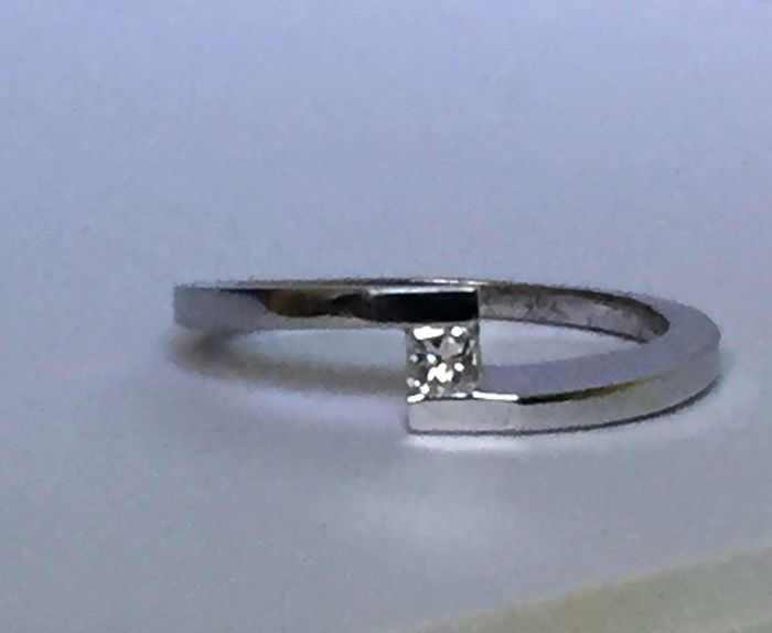 Ring in 18 kt white gold with princess cut diamond of 0.15 carat, size 65/17.5 mm