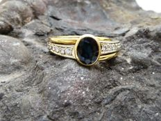 Ring with Sapphire and Diamonds of 18 kt gold