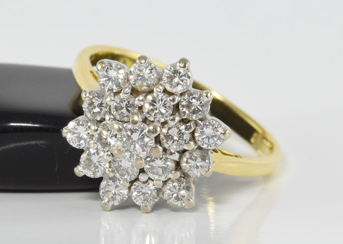 1.01 ct diamond cluster ring in 18 kt gold