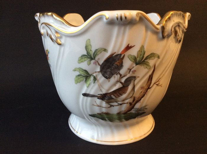 Herend Rothschild porcelain cachepot with a scalloped edge