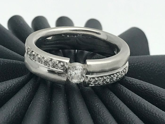 Diamond ring made of 18 kt / 750 white gold - The ring is size 56.