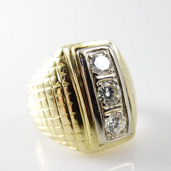 18 kt gold ring with diamond pattern and 0.56 ct brilliant cut diamonds