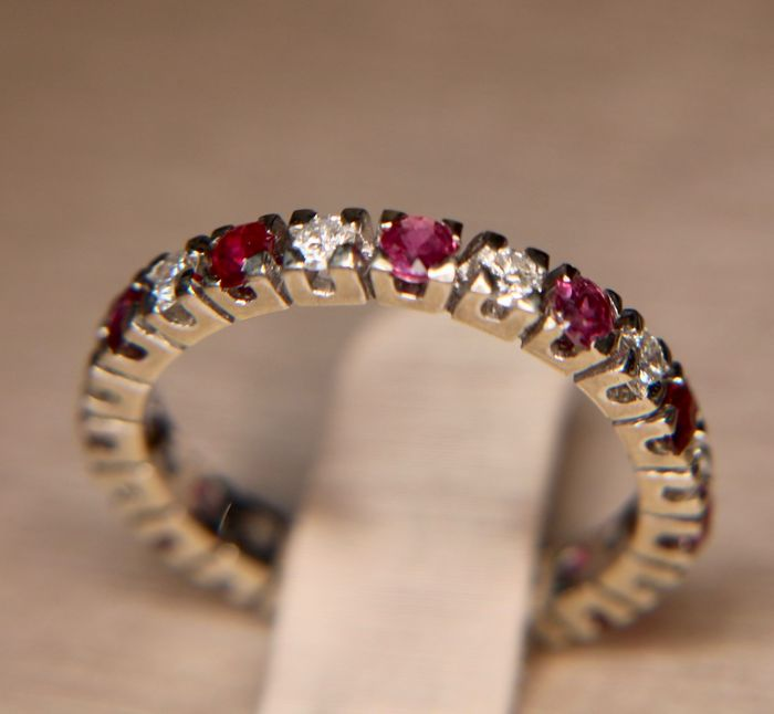 "1.48 ct High-quality full eternity ring set with brilliants 0.55 ct H/VSI and 11 rubies ""Siam"" approx. 0.93 ct. Certificate."