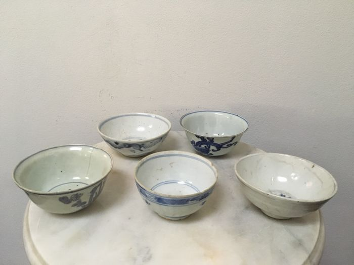 5 Porcelain B/W Bowls. China - Ming Dynasty, 16th Century.