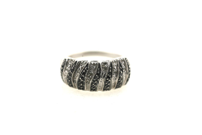 Ladies' ring from 375 / 9 kt white gold with 27 black diamonds and 12 white diamonds totalling 0.75 ct P1 - ring size: 56 mm