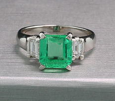 Emerald-diamond-ring of which 1 transparent emerald 2.42 ct - 900-platinum - ring width: approx. 51 *NO reserve*