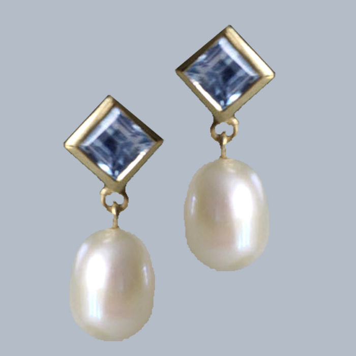 14 kt Yellow gold earrings with 2 cultivated pearl droplets approx. 11 x 8 mm each and 2 topazes 5 x 5 mm