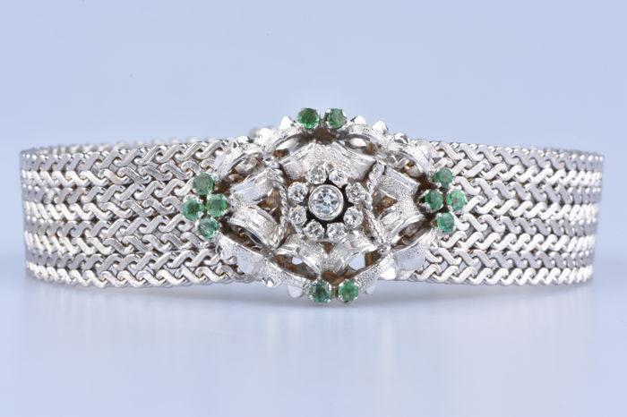Cuff Bracelet in 18 kt White Gold, 12 emeralds of 0.74 ct in total, 8 diamonds of 0.19 ct in total and 1 diamond of 0.01 ct