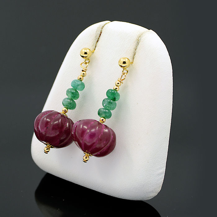 18kt/750 yellow gold earrings with emeralds and rubies.– Length 37 mm.
