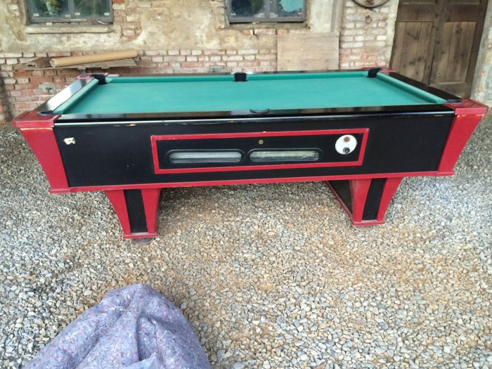 Pool - Carom table from the 1970s complete with cues in perfect conditions. Adjustable feet. Coin-operated (supplied with the table).