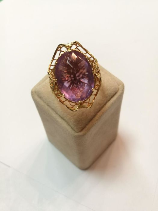 Ring in 750 yellow gold with oval briolé amethyst and filigree work, stone dimensions: 1.70 x 1.3 cm, approx. 6 ct