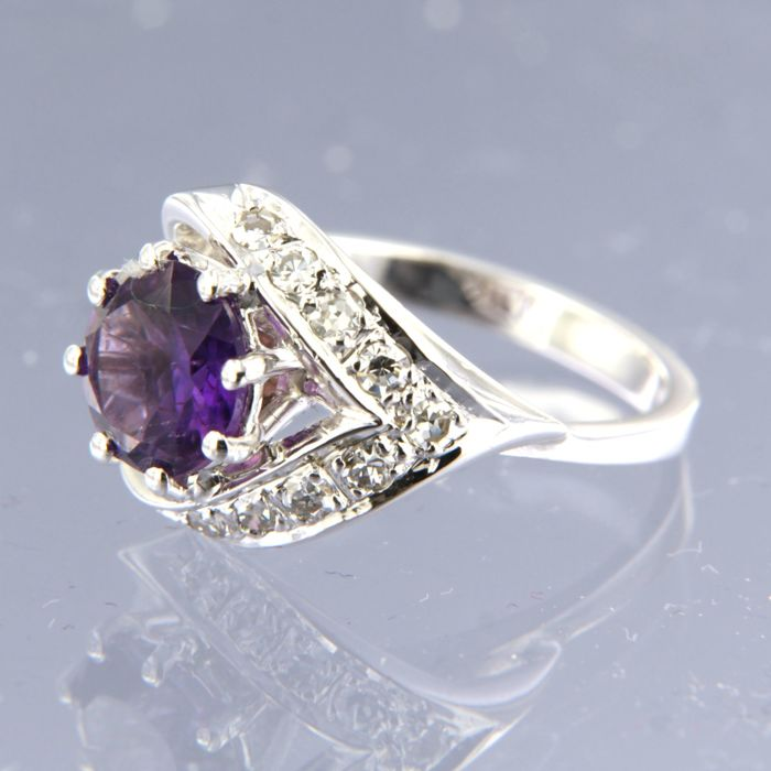 18 kt white gold ring set with an amethyst and 9 single cut diamonds of approx. 0.25 ct in total / ring size 16.25 (51)