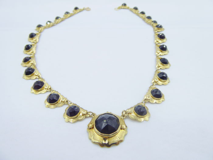 Antique necklace with 24 small garnets and one bigger one. for sale