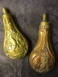 A pair of antique powder horns/koper/middle 19th century