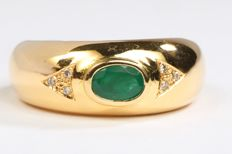 Ring – 18 kt yellow gold – Emerald of 0.40 ct – Diamonds – Size 57