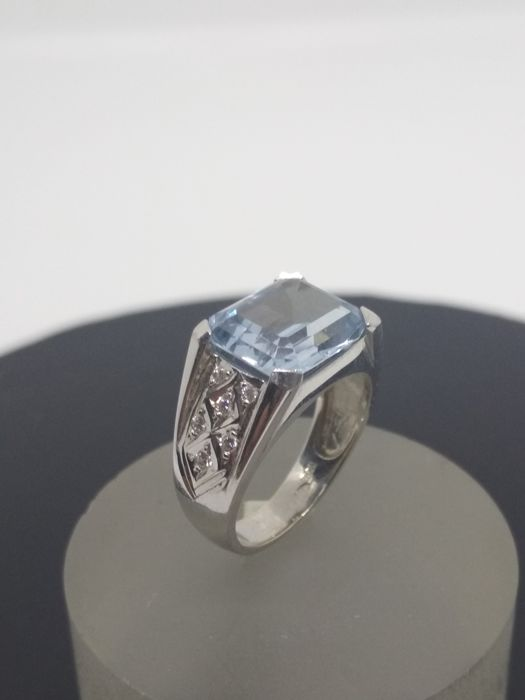 Ring in 18 kt white gold with aquamarine  Measurements: Tatum size 14