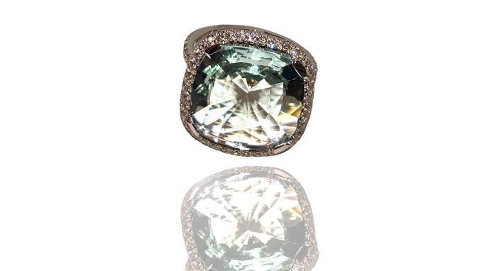 18 kt white gold ring - gold weight 4.62 g - 7.48 ct aquamarine - 0.67 ct diamond - Total weight 6.25 g - Ring size 14 - Can be resized