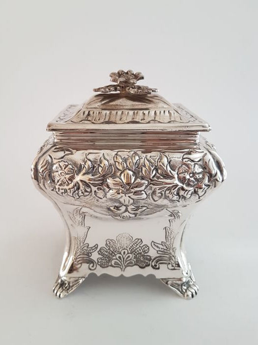 Richly processed cookie box - Brian Highland Sheffield - Silver plated - U.K. - Mid 20th century