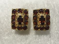 18 kt gold earrigs with garnets Measurements: 12 x 8 mm