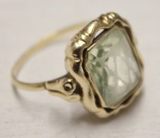 14 kt Yellow gold ring inlaid with a synthetic spinel
